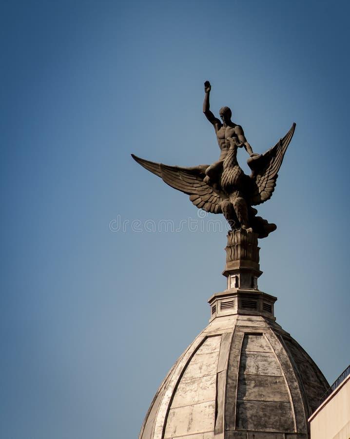 Standbeeld bij het inbouwen van Madrid stock afbeelding