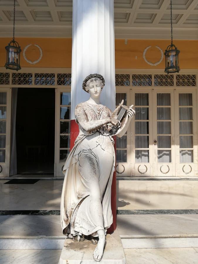 Standbeeld bij het paleis van Sissi in Kerkyra stock fotografie