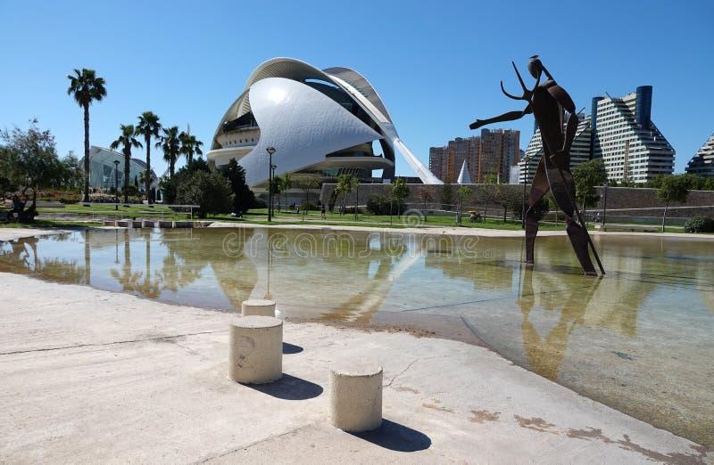 Standbeeld bij Operahuis bij Stad van Kunsten en Wetenschappen in Valencia, Spanje stock foto