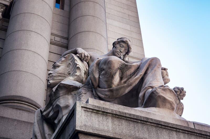 Standbeeld bij voorbuitenkant van Alexander Hamilton-U S Douanehuis, Nationaal Museum van de Indiaan, New York, de V.S. stock fotografie