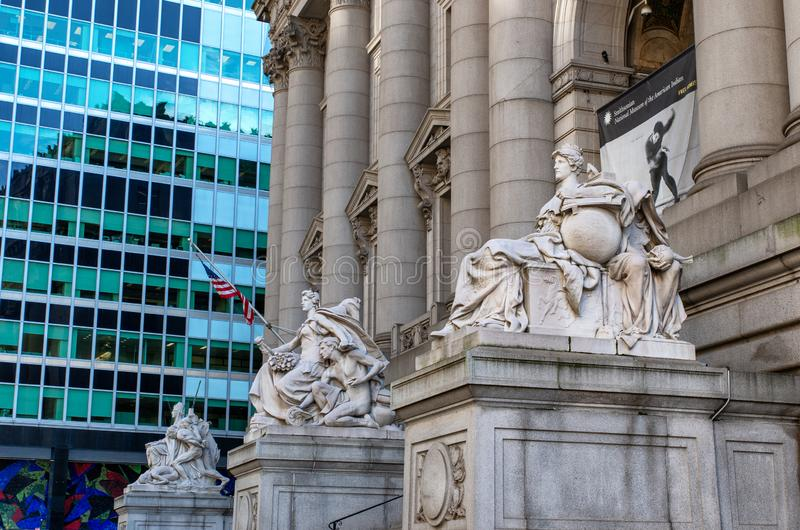 Standbeeld bij voorbuitenkant van Alexander Hamilton-U S Douanehuis, Nationaal Museum van de Indiaan, New York, de V.S. stock afbeeldingen