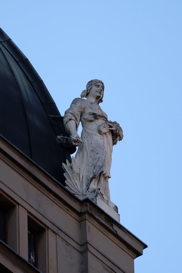 Standbeeld bovenop de oude stadsgebouwen op het Vierkant van Verbodsjelacic in Zagreb royalty-vrije stock foto