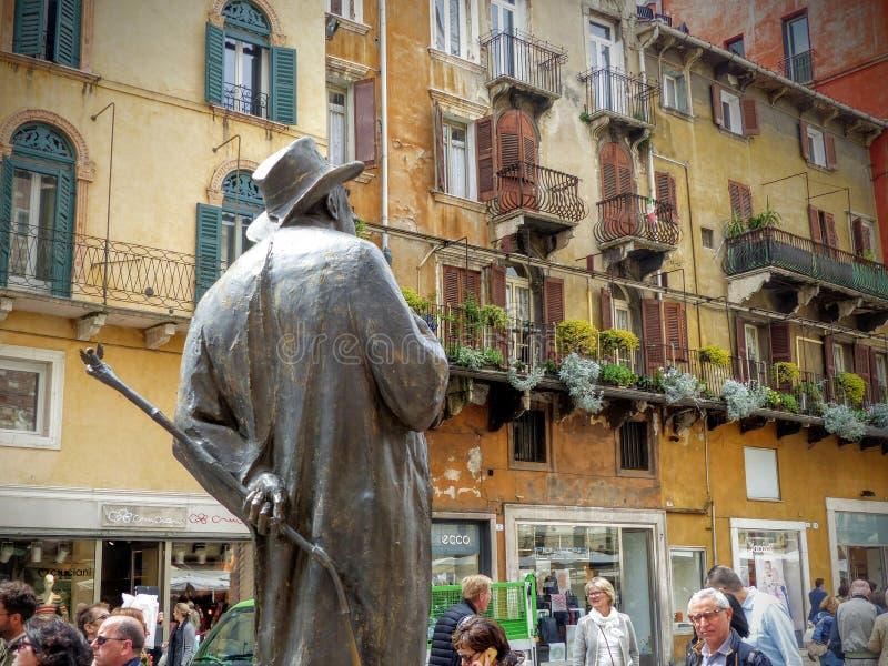 Standbeeld in brons van de dichter Berto Barbarani in plein van het gras, Verona, Italië royalty-vrije stock foto's