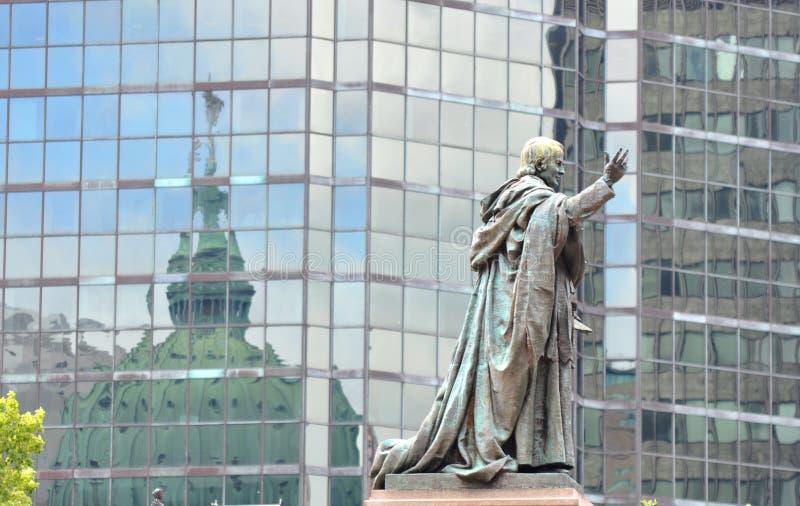 Standbeeld buiten Mary Koningin van de Kathedraal van de Wereld royalty-vrije stock foto's