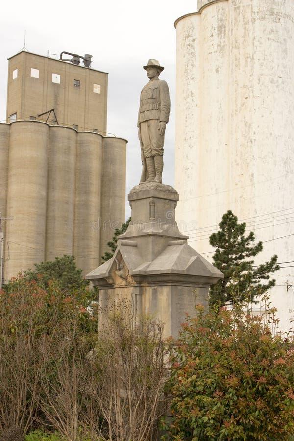 Standbeeld, de lente, korrel, torens royalty-vrije stock fotografie