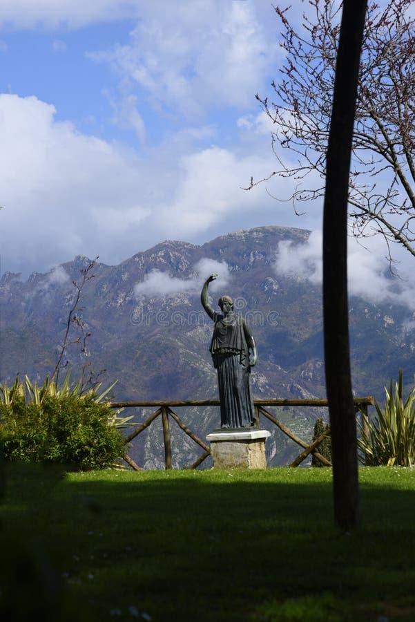 Standbeeld in de tuinen van de Villa Cimbrone in Ravello Italië royalty-vrije stock foto