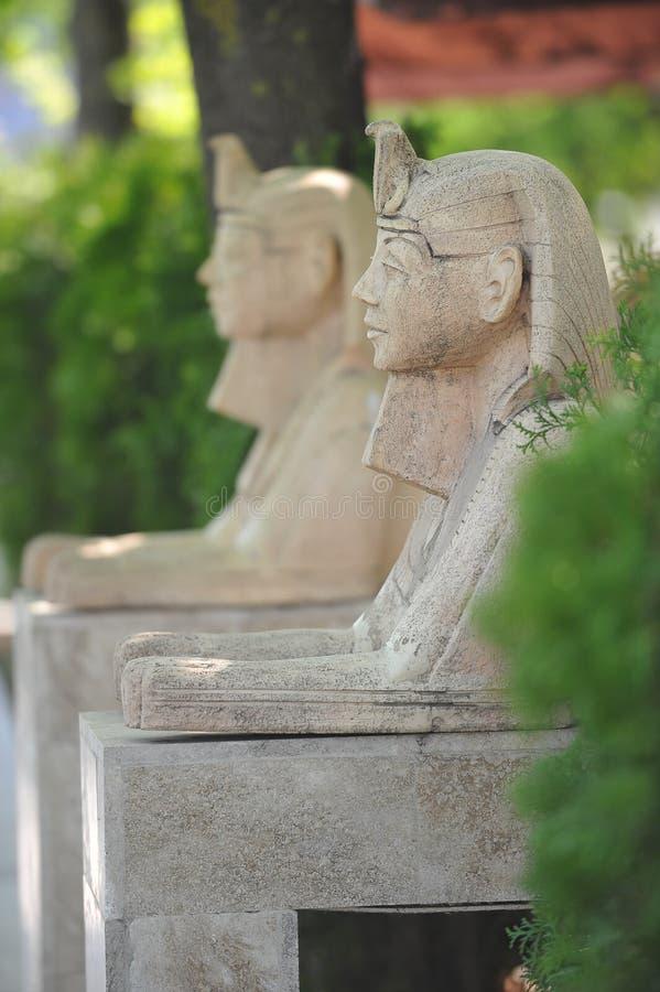 Standbeeld in de vorm van een sfinx bij de ingang aan het park. stock foto