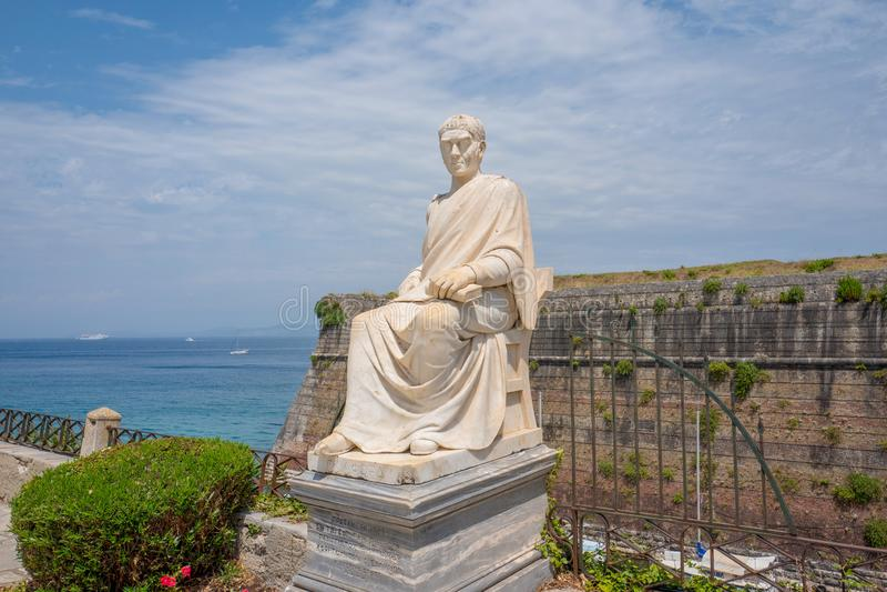 Standbeeld dichtbij de oude Venetiaanse overzeese vesting van Korfu stock foto's