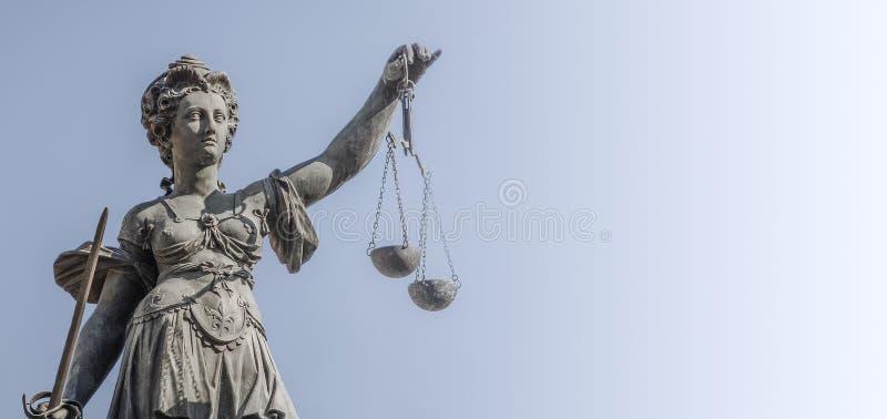Standbeeld een rechtersvrouw met schalen en zwaard bij vlotte blauwe backgr stock afbeelding