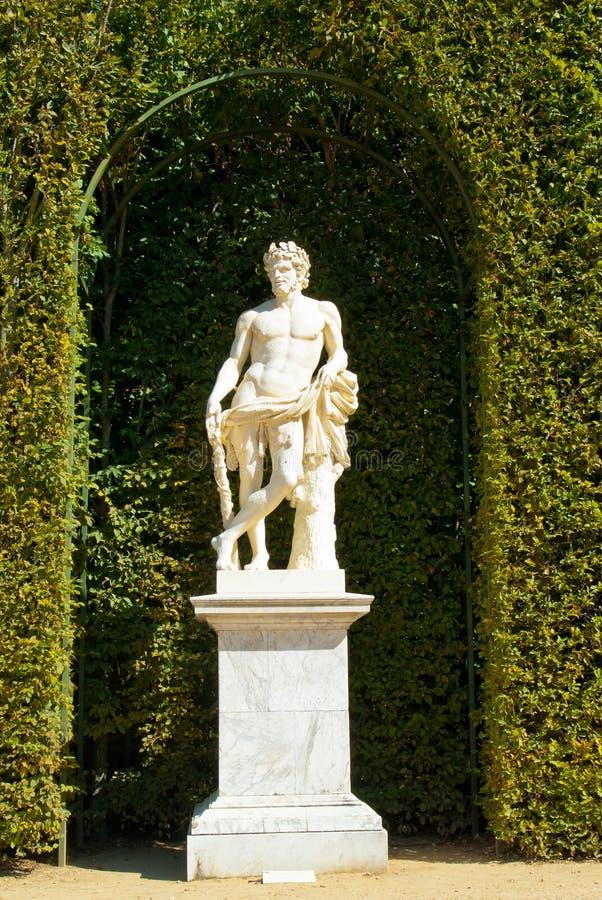 Standbeeld in een tuin stock afbeeldingen