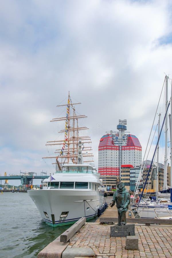Standbeeld en boten bij de haven in Gothenburg, Zweden royalty-vrije stock fotografie