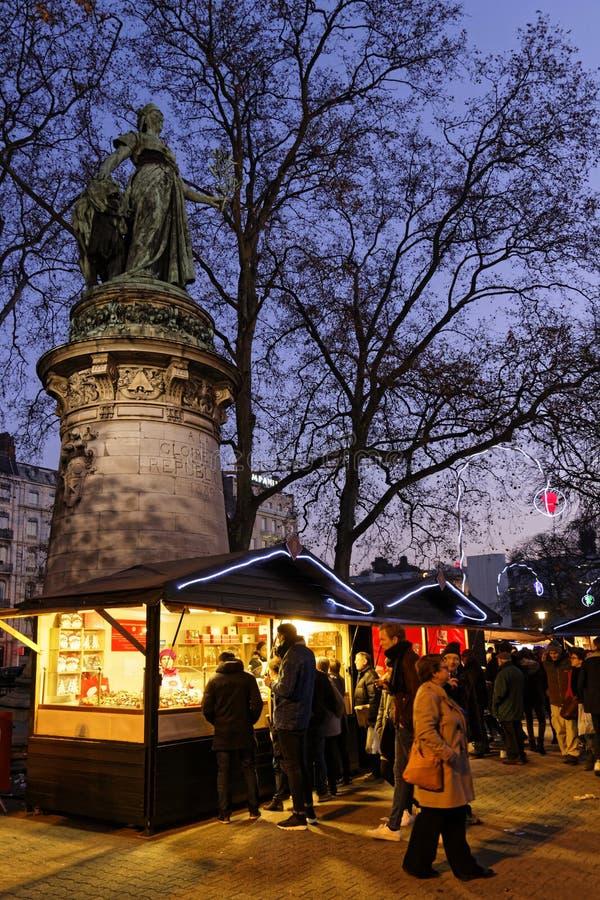 Standbeeld en Kerstmismarkt royalty-vrije stock fotografie