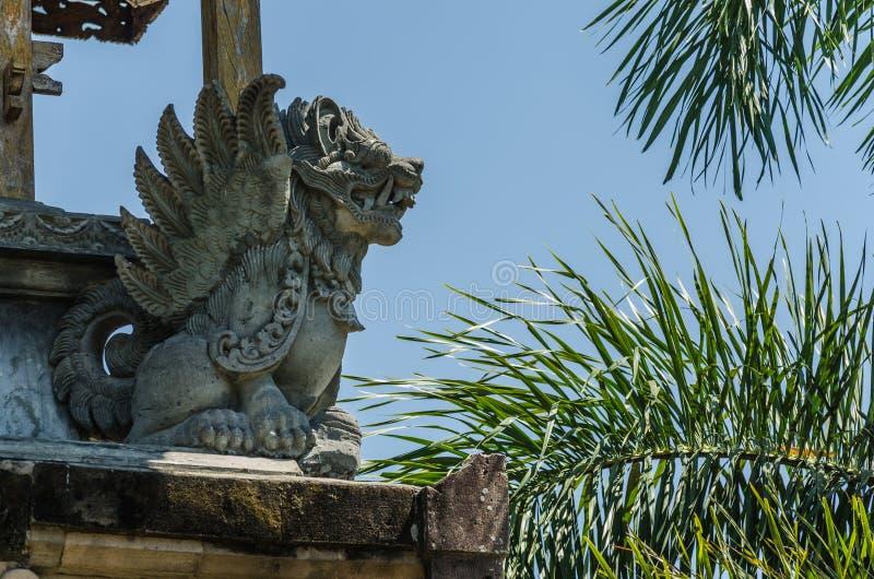 standbeeld en palmen in tempel royalty-vrije stock fotografie