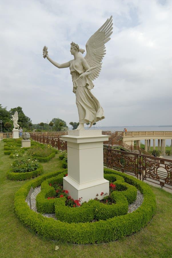 Standbeeld en tuin royalty-vrije stock afbeeldingen