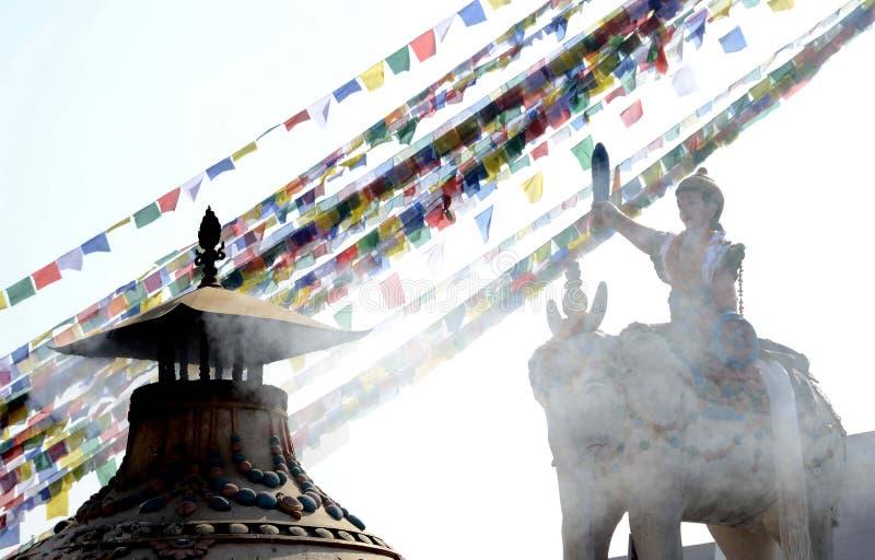 Standbeeld en vlaggen in Boudhanath Stupa Katmandu stock afbeeldingen