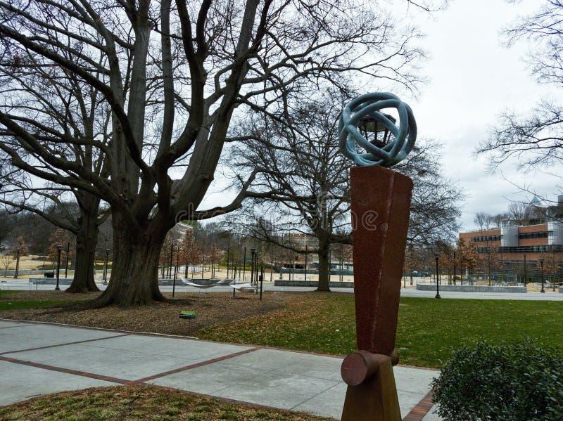 Standbeeld in Georgia Tech, Atlanta met een gebied en het inbouwen van de achtergrond royalty-vrije stock afbeeldingen