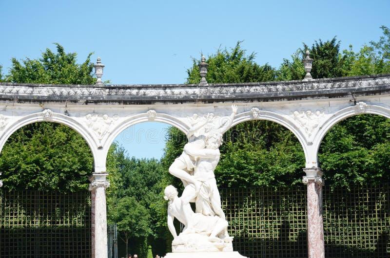 Standbeeld in klassieke tuinen stock foto's