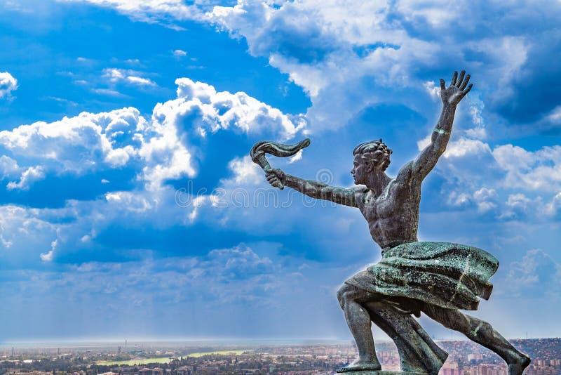 Standbeeld met toorts op Boedapest royalty-vrije stock afbeeldingen