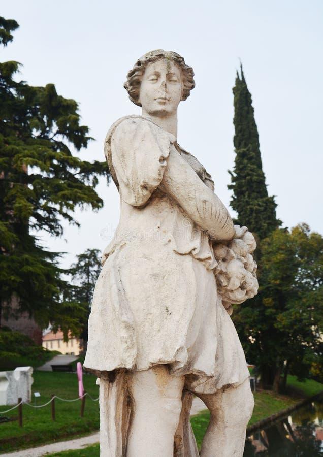 Standbeeld, muren, rivier, bomen en straat in Castelfranco Veneto, in Italië royalty-vrije stock afbeelding