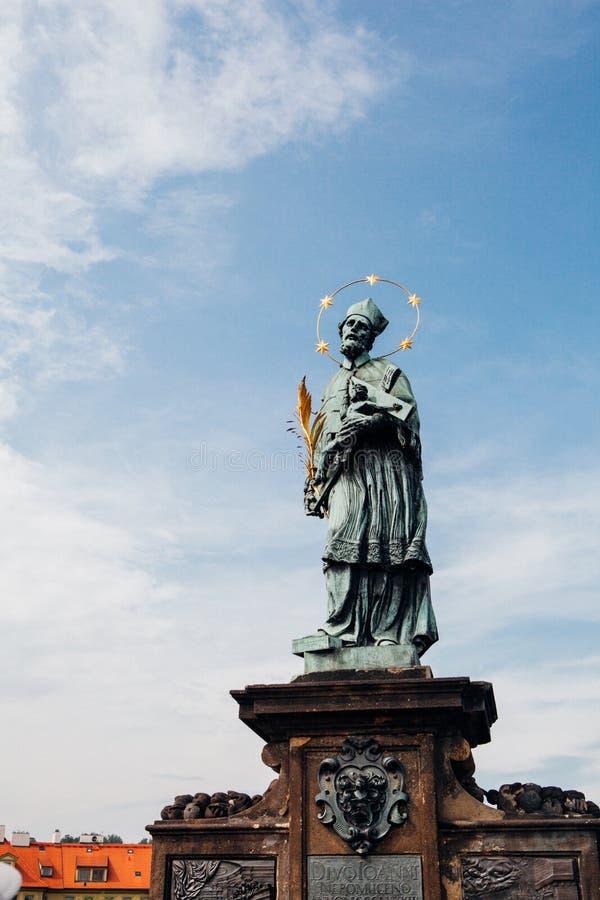 Standbeeld op Charles Bridge in Praag stock afbeelding