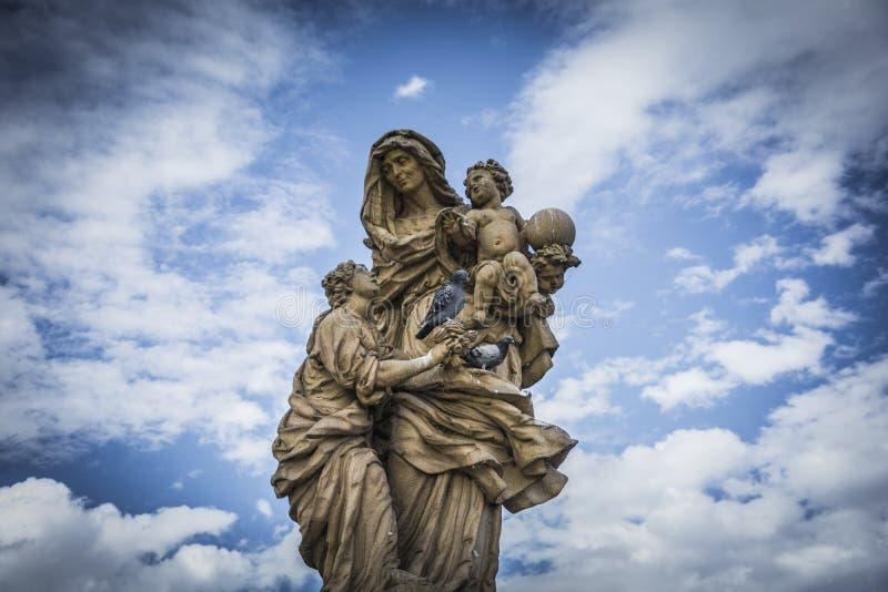 standbeeld op Charles Bridge in Praag en duiven royalty-vrije stock fotografie