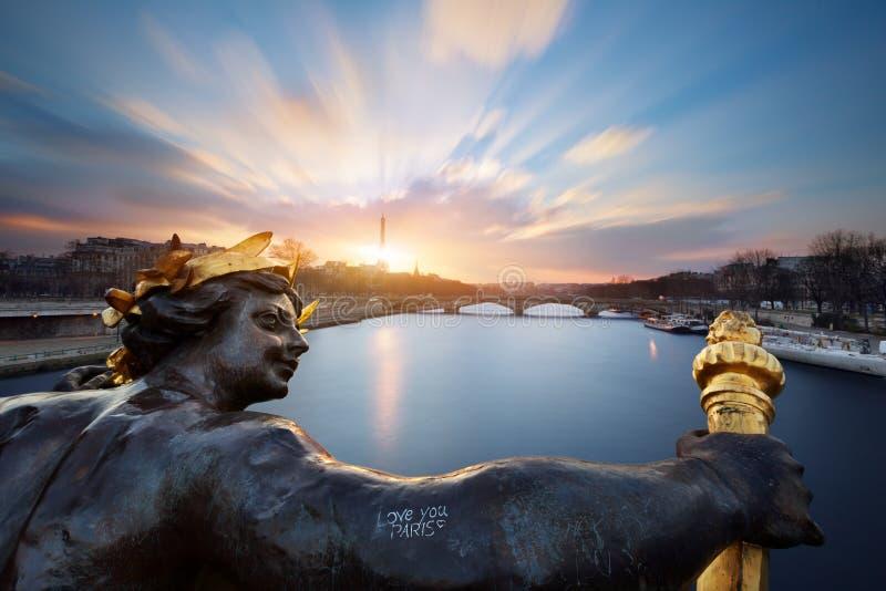 Standbeeld op de brug Alexandre III in Parijs stock foto