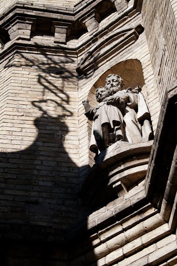 Standbeeld op een gebouw stock afbeelding