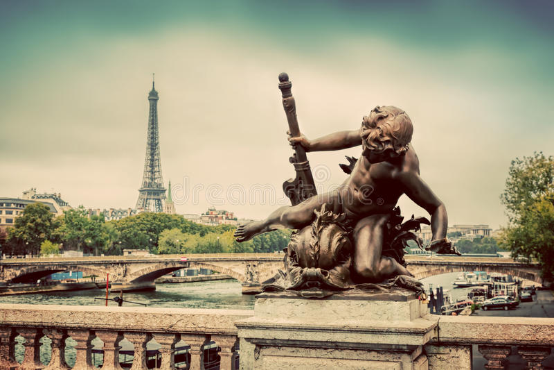 Standbeeld op Pont Alexandre III brug in Parijs, Frankrijk De rivier van de zegen en de Toren van Eiffel stock afbeelding