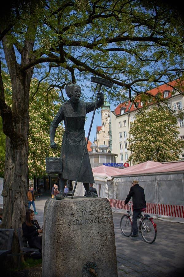 Standbeeld op viktualienmarkt in München Duitsland Het is een dagelijkse voedselmarkt en een vierkant in het centrum van München, stock fotografie