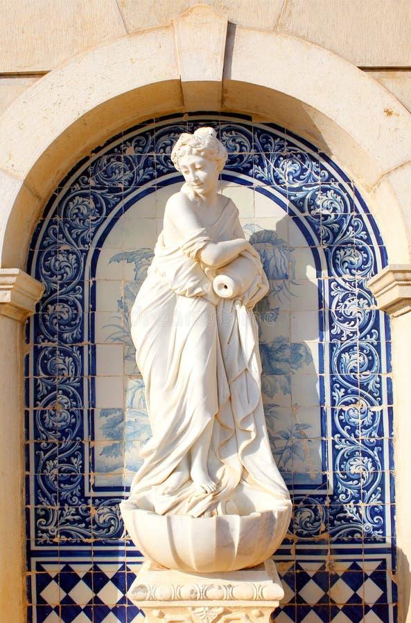 Standbeeld in Paleis van Estoi, het werk van Romantische architectuur royalty-vrije stock afbeelding