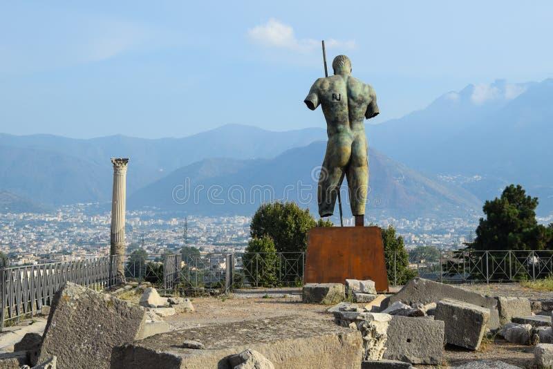 Standbeeld in Pompei met sommige ruïnes royalty-vrije stock afbeeldingen
