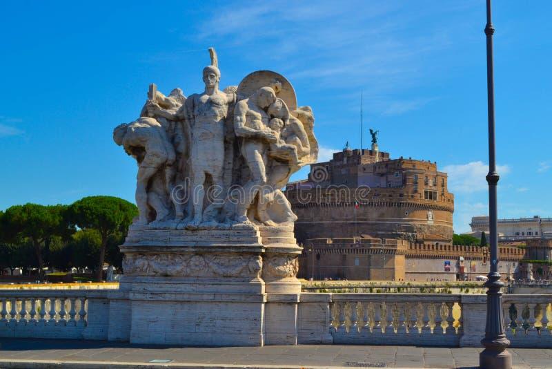 Standbeeld in Ponte Vittorio Emanuele II, met de Engel van Castel Sant ` stock foto
