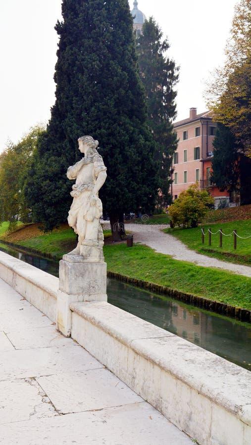 Standbeeld, rivier, boom en straat in Castelfranco Veneto, in Italië stock afbeeldingen