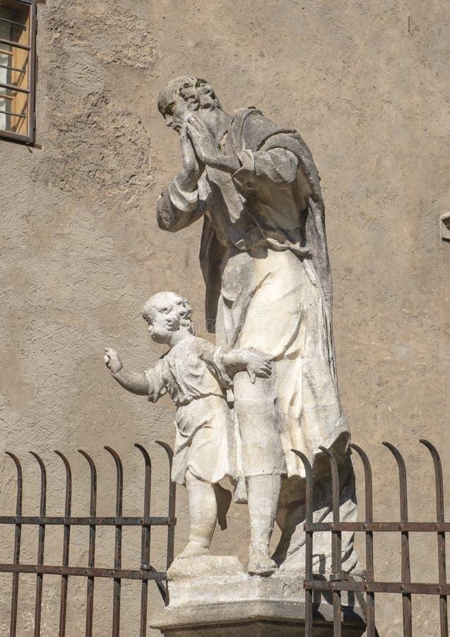 Standbeeld Saint Joseph met kind Jesus op de brug over Beergracht, Cesky Krumlov, Tsjechische Republiek stock fotografie