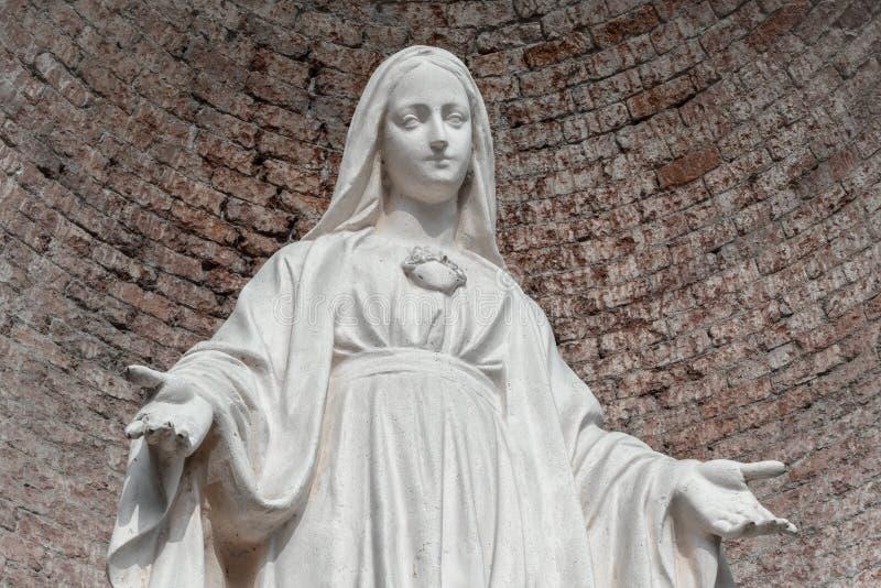 Standbeeld in steen van Maagdelijke Mary stock foto