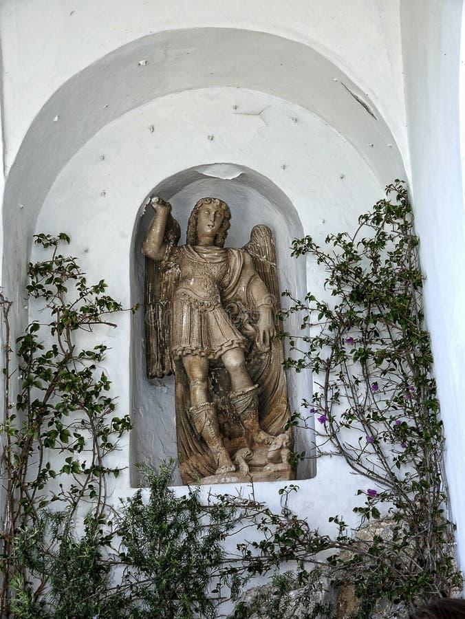 Standbeeld in tuin van een villa in Anacapri op het Eiland van Capri in de baai van Napels Italië stock fotografie