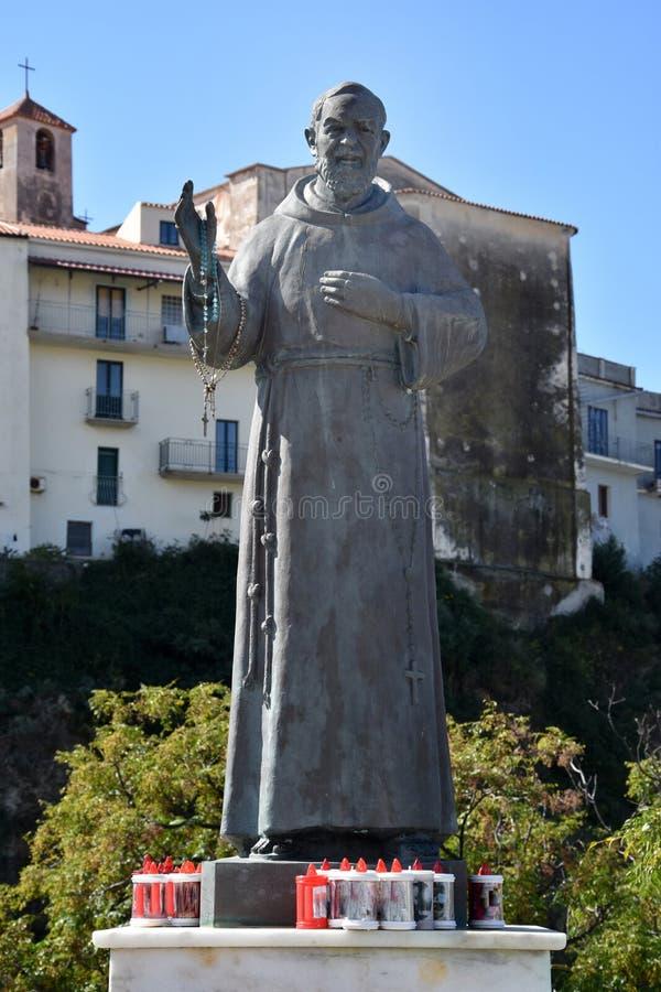 Standbeeld van Aalmoezenier Pio Pietrelcina in Diamante royalty-vrije stock afbeeldingen