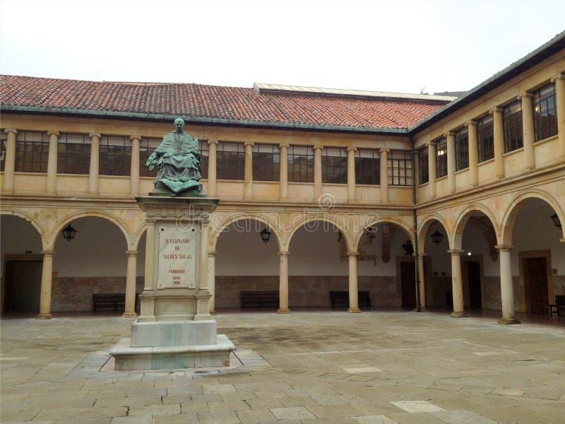 Standbeeld van Aartsbisschop Fernando de Valdes Salas, stichter van Oviedo Universiteit Oud Klooster Oviedo Asturias, Spanje royalty-vrije stock foto