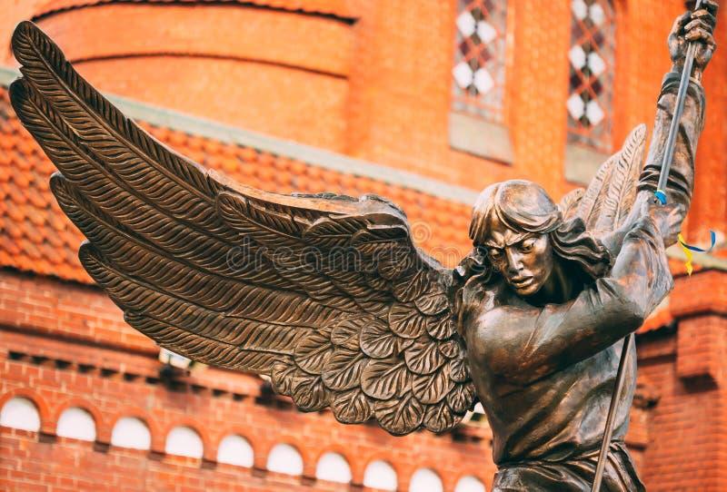 Standbeeld van Aartsengel Michael With Outstretched Wings Before Catho stock foto