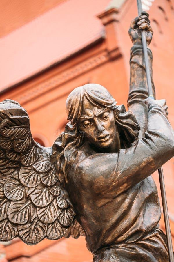 Standbeeld van Aartsengel Michael With Outstretched Wings Before Rood C stock afbeelding