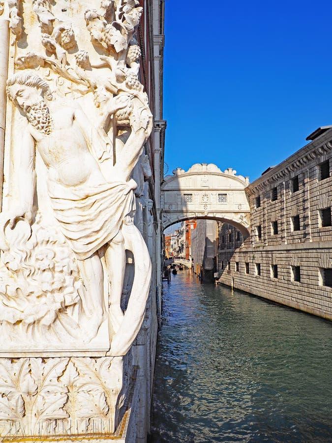 Standbeeld van Bacchus en Brug die het Kanaal, Venetië, Italië kruisen stock afbeeldingen