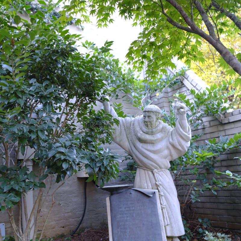 Standbeeld van Benedictinemonnik met Tonsure in Kleine Binnenplaats stock fotografie