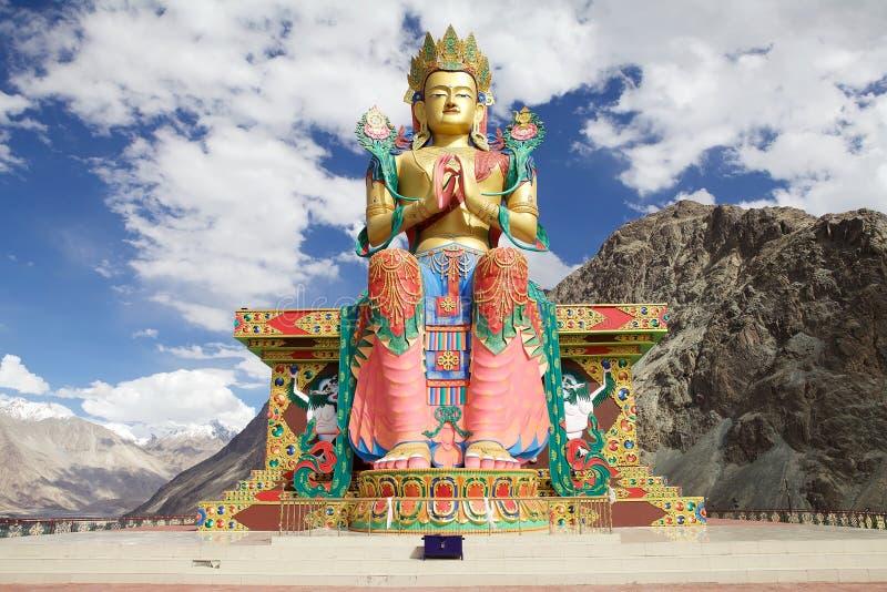 Standbeeld van Boedha dichtbij Diskit-Klooster in Nubra-Vallei, Ladakh, India royalty-vrije stock afbeelding