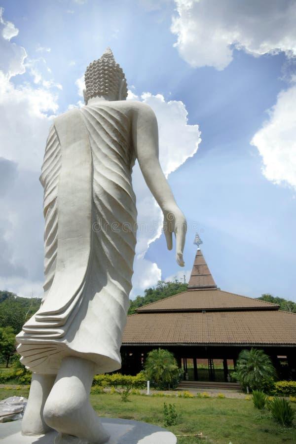 Standbeeld van Boedha die met Straal loopt royalty-vrije stock afbeelding