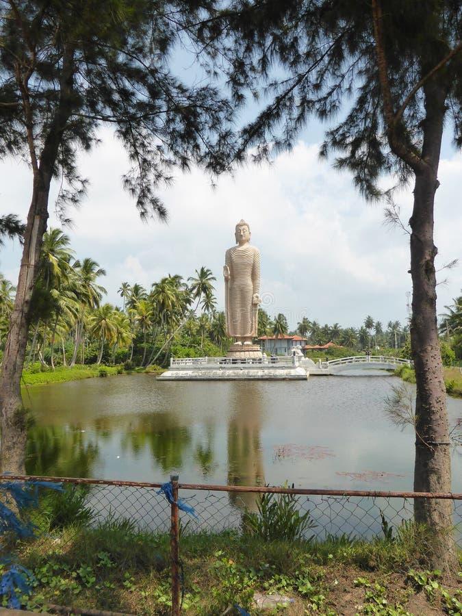 Standbeeld van Boedha door meer royalty-vrije stock foto's