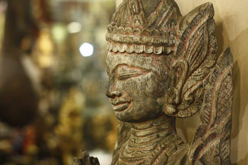 standbeeld van Boedha van hout voor verkoop bij een antieke opslag wordt gesneden die royalty-vrije stock afbeelding