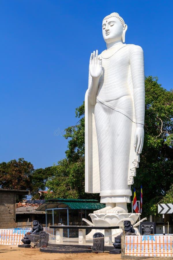Standbeeld van Boedha op de centrale straat van Kalpitiya stock afbeeldingen