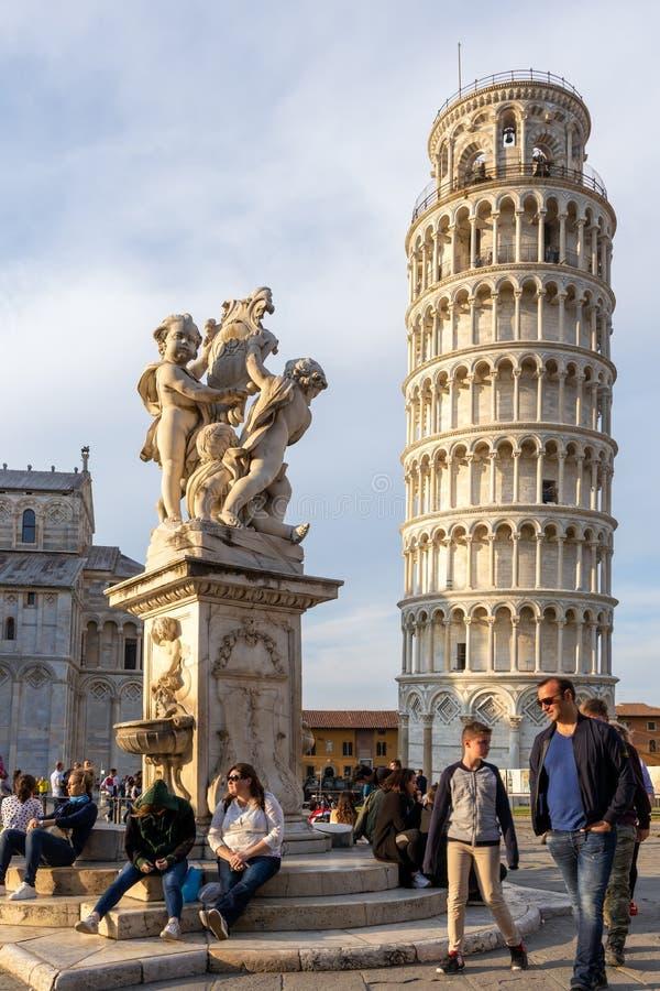Standbeeld van cherubijnen voor de Leunende Toren van Pisa Ligurië Italië op 18 April, 2019 stock afbeelding