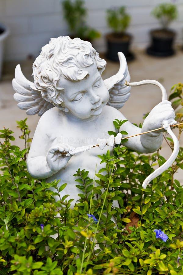 Standbeeld van Cupido in tuin royalty-vrije stock fotografie