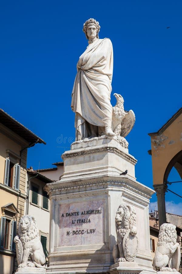 Standbeeld van Dante Alighieri in 1865 bij Piazza Santa Croce in Florence wordt opgericht dat stock foto